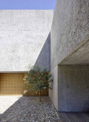 cour intérieur - House in Brissago par Wespi de Meuron Romeo architects - Brissago, Suisse