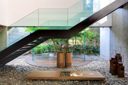 cour intérieure & escalier avec balustrade en verre - home-pool par DADA-&-Partners - New Delhi, Inde