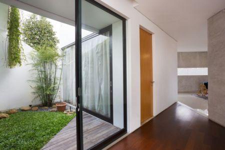 cour intérieur & grande baie vitrée - Breathing House par Atelier Riri - Kota Tangerang Selatan, Indonésie