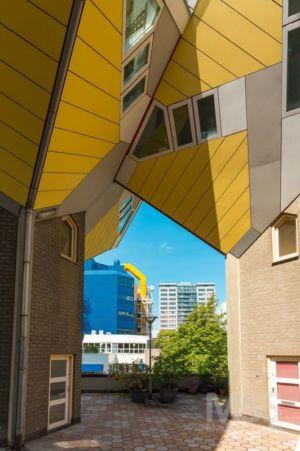 cour pavée - Cube-houses par Piet Blom - Rotterdam, Pays-Bas