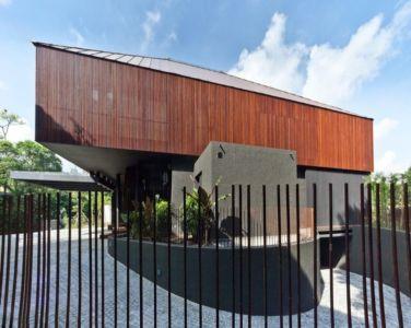 cour pavée et façade bois - Victoria-Park par Ipli Architects - Singapour
