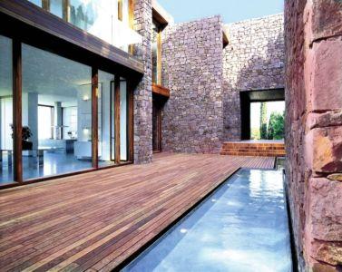 cour intérieure et piscine - Paz & Comedias House par Ramon Esteve - Sagunt, Espagne