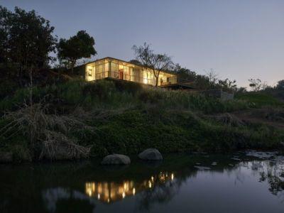 cours d'eau au bas de la maison- Riparian-House - Architecture Brio - Karjat, Inde