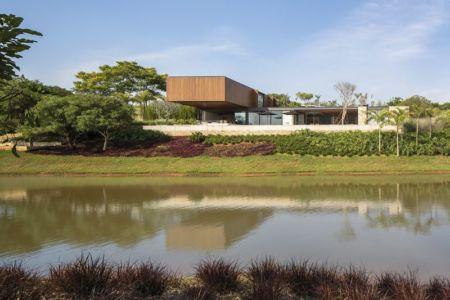 cours d'eau et vue panoramique - maison bois contemporaine par Jacobsen Arquitetura - Porto Feliz, Brésil