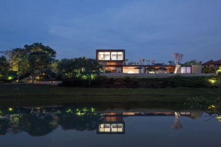 cours d'eau et vue panoramique nuit - maison bois contemporaine par Jacobsen Arquitetura - Porto Feliz, Brésil
