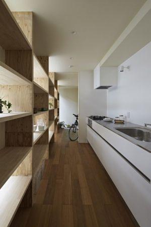 cuisine & étagère couloir - checkered-house par Takeshi Shikauchi - Tokyo, Japon