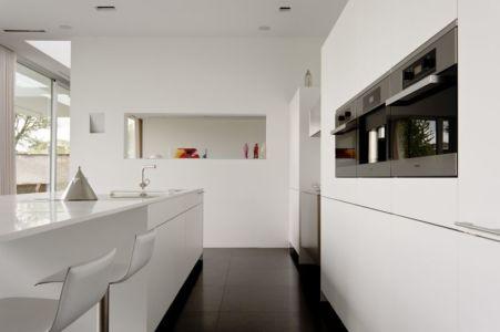 cuisine aménagée - maison contemporaine par Luc Spits, Belgique