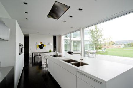 cuisine avec îlot central - maison contemporaine par Luc Spits, Belgique