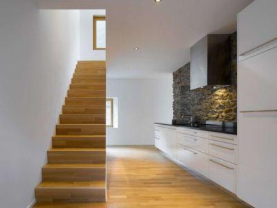 cuisine & escalier bois accès étage - House-transformation par clavienrossier architects - Suisse