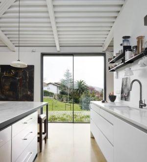cuisine et baie vitrée - Maison et atelier d'artiste par Miba architects - Gijón, Espagne