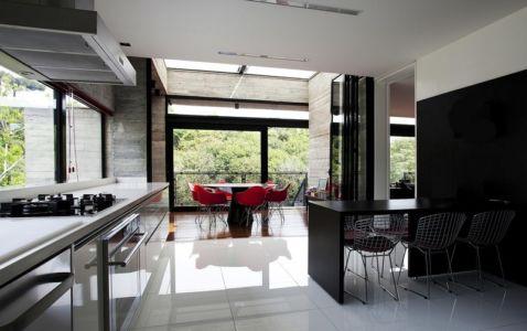 cuisine et coin repas - LM Residence par Marcos Bertoldi Arquitetos - Campo Comprido, Brésil