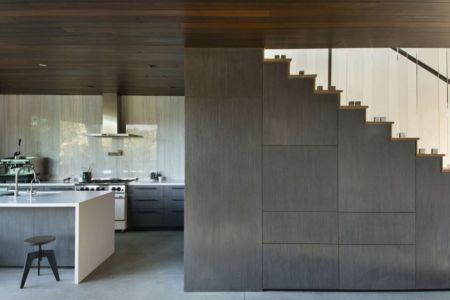 cuisine et escalier - Oak Pass Guest par Walker Workshop - Los Angeles, Usa