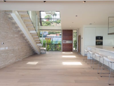 cuisine et escalier - villa contemporaine à Malibu, Usa