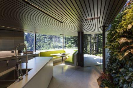 cuisine et ilôt central - Tula House par Patkau Architects - Quadra Island, Canada