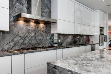 cuisine et marbre gris - Ashley Park House par Barroso Homes - Toronto, Canada