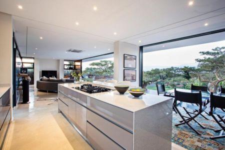 cuisine et séjour - Aloe Ridge House par Metropole Architects - Kwa Zulu Natal, Afrique du Sud