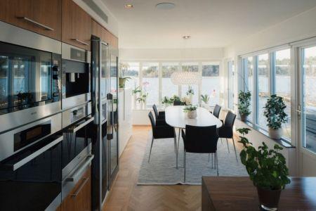 cuisine et séjour - Maison contemporaine scandinave par Boris Culjat - Suède.jpg