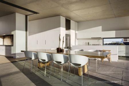 cuisine et séjour - Pearl Bay Residence par Gavin Maddock Design Studio - Yzerfontein, Afrique du Sud