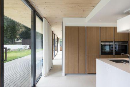 cuisine et terrasse - War house par A+B architectes - Montmorency, France