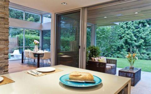 cuisine et vue extérieure - Forest House par Garret Cord Werner - Vancouver, Canada