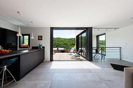 cuisine - maison bois par Hugues Tournier - Cardaillac, France