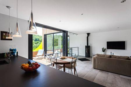 cuisine & séjour - maison bois par Hugues Tournier - Cardaillac, France