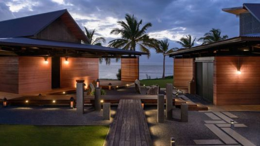 déco bois & lampe lumineuse cour - Kapalua-Home par Olson Kundig Kaprzycki Designs - Hawaï, USA