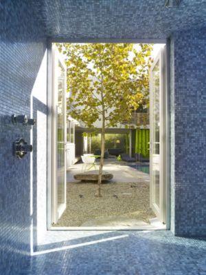 douche en mozaïque - Norwich Residence par Clive Wilkinson Architects - West Holywod, Usa