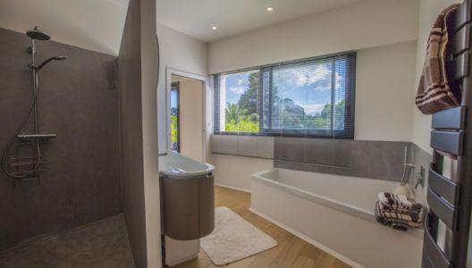 douche et baignoire salle de bains - Villa Pop Art à Anglet, France