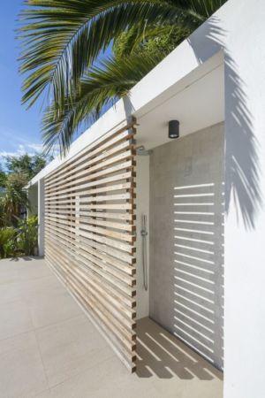 douche extérieure - Maison L2 par Vincent Coste - Saint-Tropez, France