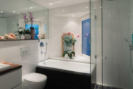 douche salle de bains - Maison contemporaine scandinave par Boris Culjat - Suède.jpg