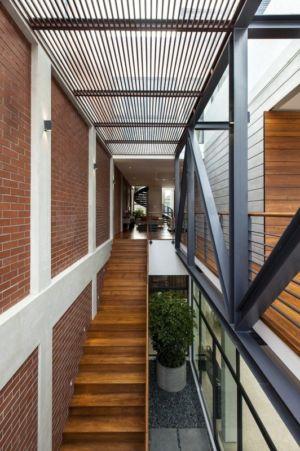 escalier en bois accès étage - maison exclusive par Aamer Architects - Singapour