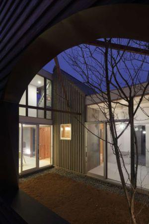 entrée baie vitrée - maison bois contemporaine par Masahiro Miyake - Tokushima, Japon