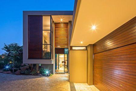 entrée de nuit - Aloe Ridge House par Metropole Architects - Kwa Zulu Natal, Afrique du Sud