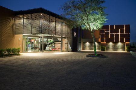 entrée de nuit - House Tsi par Nico van der Meulen Architects - Afrique du Sud