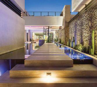 cour intérieure avec piscine - villa contemporaine par Blue Heron - Henderson, USA