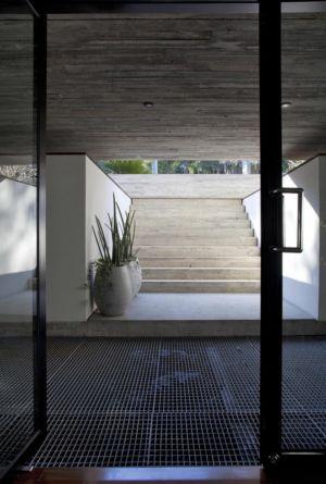entrée et escalier d'accès - LM Residence par Marcos Bertoldi Arquitetos - Campo Comprido, Brésil
