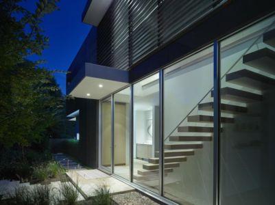 entrée et escalier de l'extérieur - Orchard House par Stelle Lomont Rouhani Architects - Sagaponack, Usa