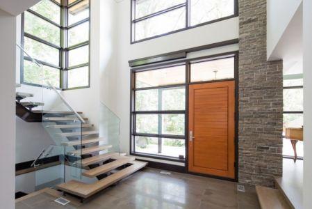 entrée et escalier intérieur - David's house par David Small Design à Toronto, Canada