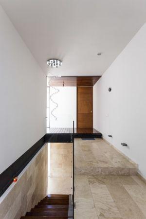 entrée et escalier sous-sol - Montebello 321 par Jorge Bolio Arquitectura - Merida, Mexique
