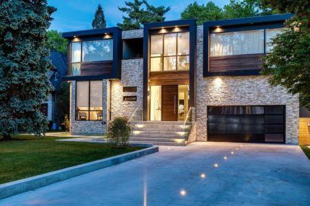 entrée et garage - Ashley Park House par Barroso Homes - Toronto, Canada