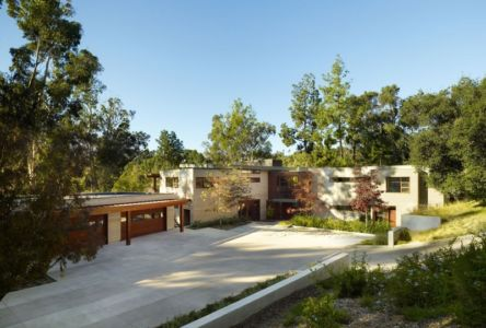 entrée et garages - Mandeville Canyon Residence par Rockefeller Partners Architects - Los Angeles, Usa - photo Eric Staudenmaier