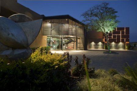 entrée et garages de nuit - House Tsi par Nico van der Meulen Architects - Afrique du Sud