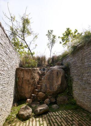 escalier sculpté dans la pierre - Riparian-House - Architecture Brio - Karjat, Inde