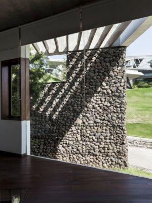 entrée grande baie vitrée coulissante - Alibaug-House par Malik Architecture - Maharashtra, Inde