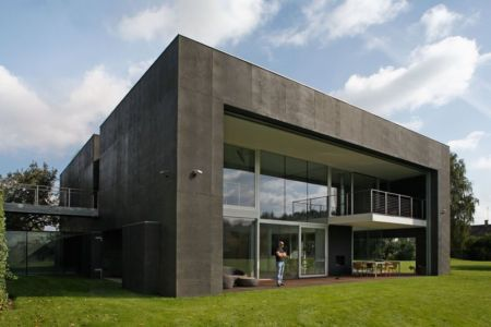 façade jardin grande baie vitrée - safe-house par Robert Konieczny – KWK Promes - Varsovie, Pologne