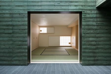 entrée pièce intérieure - Ishikiri House par Sugawaradaisuke - Osaka, Japon