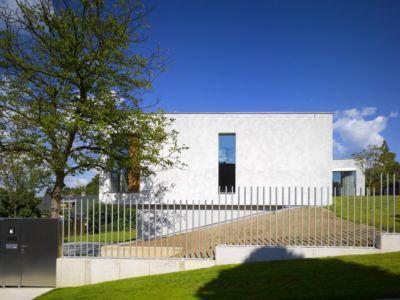 entrée portail - maison contemporaine par  Jarousek Rochová Architekti - Republique Tchèque - photo Filip Slapal