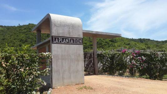 entrée propriété - La-Plantation par Acyc Sarl - Kampot, Cambodge