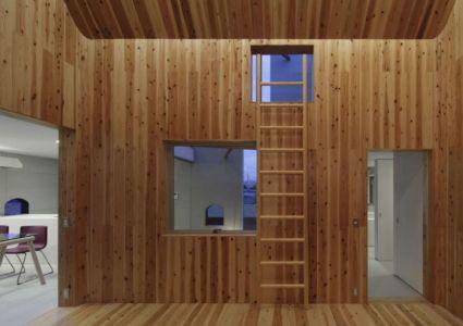 entrée séjour - maison bois contemporaine par Masahiro Miyake - Tokushima, Japon